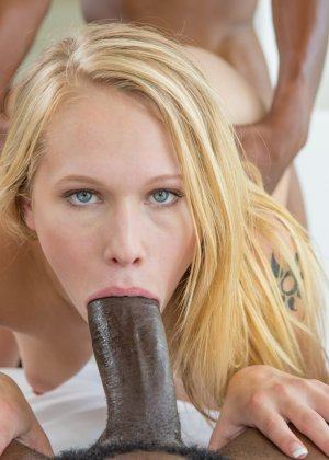 Блондинка оказывается между двумя огромными негритянскими членами - ей нравится мужское внимание - фото 10