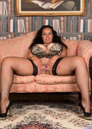 Сисястой Анилос захотелось порадовать мужа классным стриптизом, она знает, как он реагирует на эротическое белье - фото 11- фото 11- фото 11