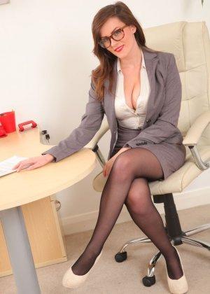 Шарлотта Роуз – шикарная секретарша, которая знает себе цену и показывает все самые лучшие части тела - фото 3