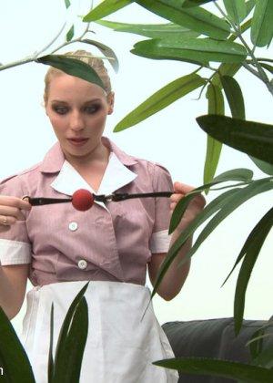 Симпатичная служанка находит кляп в тумбочке хозяев, она не подозревала, что она будет секс-рабыней - фото 1