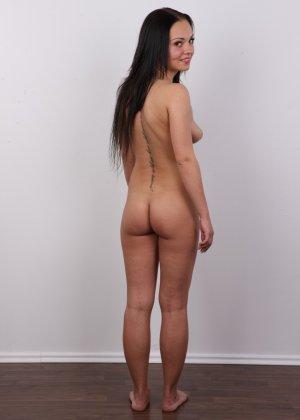 Брюнетка на кастинге в сексуальном белом белье улыбается на камеру - фото 15