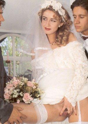 Довольную невесту делят между собой два мужчины, давая ей понять кайф двойного проникновения - фото 6