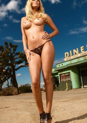 Германская модель Моника делает интимные фото в голом виде на камеру - фото 7