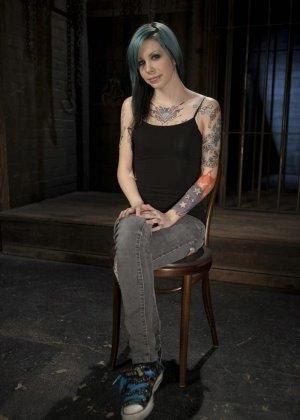 С молодой татуированной девушкой делают все, что угодно - фото 2