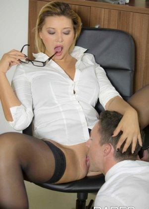 Анна Полина принесла отчет своему пьяному шефу и решила помочь ему протрезветь, трахнувшись с ним - фото 9