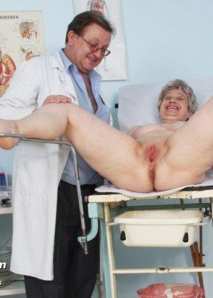 Женщина в возрасте приходит на прием к врачу и получает удовольствие от тщательного осмотра - фото 14