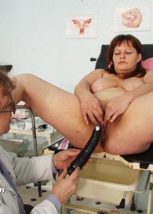 Пожилой врач принимает зрелую пациентку и вставляет в ее пизду расширитель, а в попке орудует ватной палочкой - фото 13