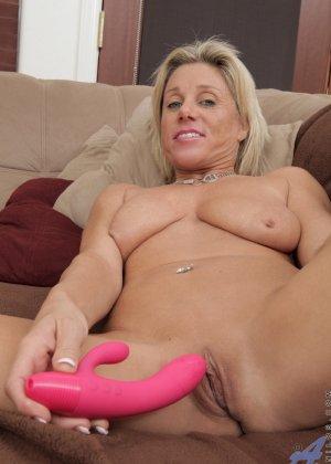 Зрелая блондинистая женщина развлекается перед камерой с новенькой секс игрушкой - фото 12