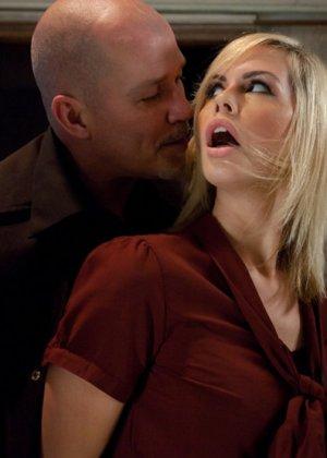 Скованной блондинке лысый мужчина запихнул большой член во влажное влагалище - фото 3