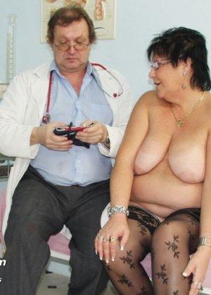 Зрелая женщина приходит на визит к гинекологу и она показывает ему все свои интимные части тела - фото 5