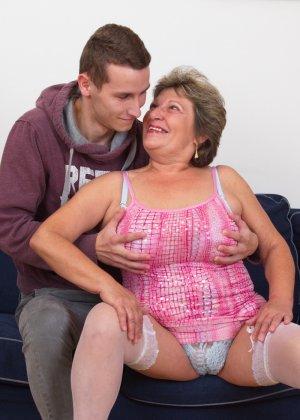 Пожилая женщина оказывается в обществе молодого парня и дает себя трогать во всех местах - фото 7