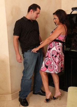 Зрелая брюнетка с большой грудью занимается сексом в любимых позах - фото 1