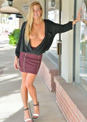 В публичных местах длинноволосая блондинка показывает сиськи и бритую киску - фото 4