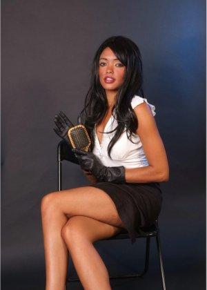 Сексапильная брюнетка работает секретаршей, она медленно снимет с себя блузку и оголит свои дойки - фото 8