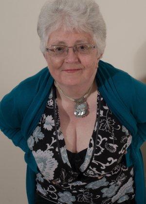 Пожилая женщина не сдает позиции и принимает участие в эротической фотосессии - фото 4