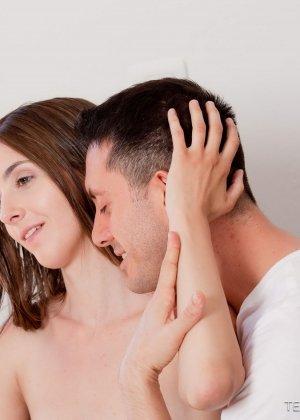 После ласкового вагинального секса тепленькая сперма брызнула в ротик красотки - фото 4