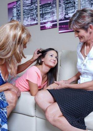 Две зрелые лесбиянки обучают молодую девушку ласкам и все получают огромное удовольствие - фото 5