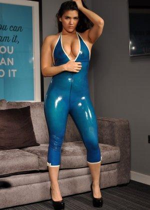 Брюнетка в эротическом синем костюме мечтает о жестоком пореве, пока желающих отодрать ее нет - фото 5