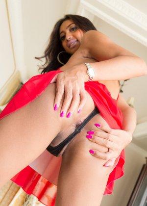 Красивая девушка с членом между ног получает крепкий пенис в анальную дырку - фото 5