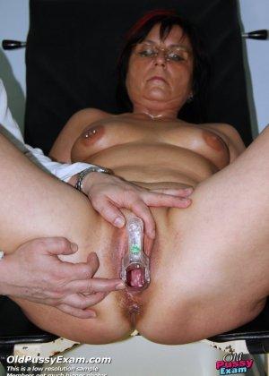 Зрелая женщина приходит на прием к гинекологу, раздвигает ноги и с удовольствием дает себя осмотреть - фото 10