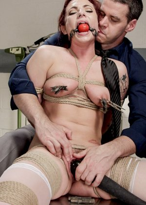 Медсестра познакомилась с мужиком в библиотеке и пригласила его зайти к себе на работу. В результате ее связали и трахнули вибратором - фото 17