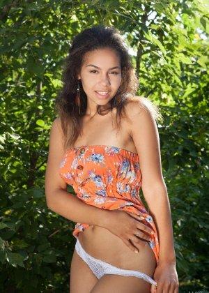 Молодая латинская девушка абсолютно не стесняется раздеваться перед камерой догола - фото 2