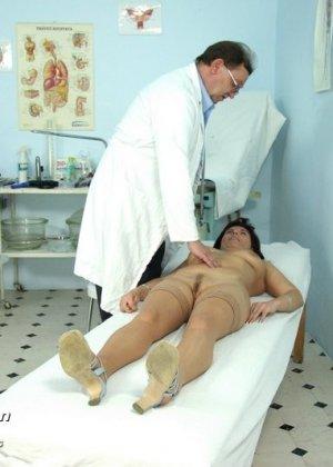Гинеколог очень любит рассматривать женские влагалища, поэтому делает это с особым удовольствием - фото 3