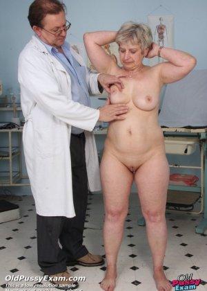Женщина в возрасте приходит на прием к врачу и получает удовольствие от тщательного осмотра - фото 2