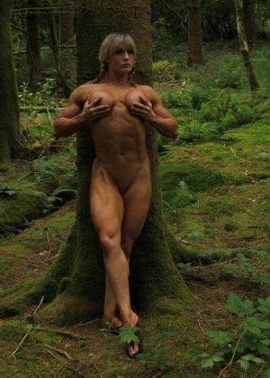 В лесной чаще можно насладиться подтянутым телом женщины, которая занимается бодибилдингом - фото 3