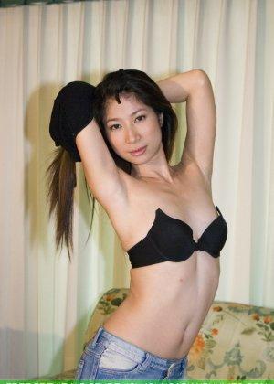 Худенькая красотка с интимной стрижкой в голом виде позирует на камеру - фото 1