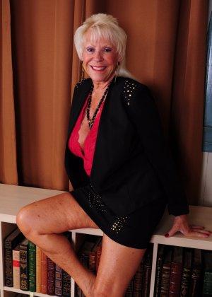 Зрелая американская леди показывает свою большую грудь и светит своими стопами с маникюром - фото 3