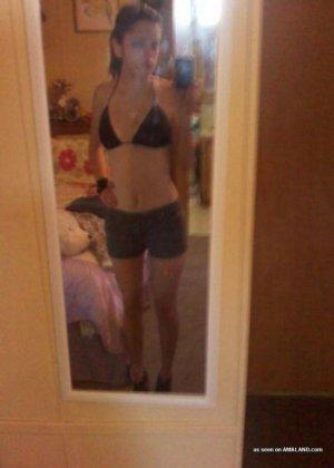 Телочка ласкает свою киску перед зеркалом, она фотографируется для своего озабоченного мужчины - фото 1