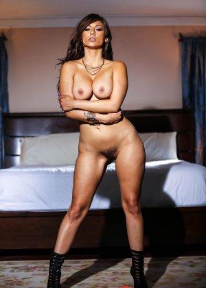Рина Скай показывает свою шикарную, упругую грудь и раздвигает ножки, чтоб показать мохнатую киску - фото 8