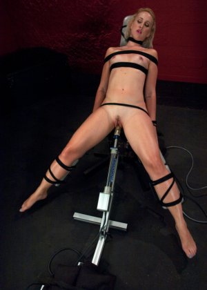 Секс машина без проблем довела блондинистую деваху до незабываемого сквирта - фото 13