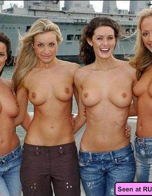 Девушки оголяются, а похотливые мужики снимают их пезды на телефон, но сучкам это только нравится - фото 11