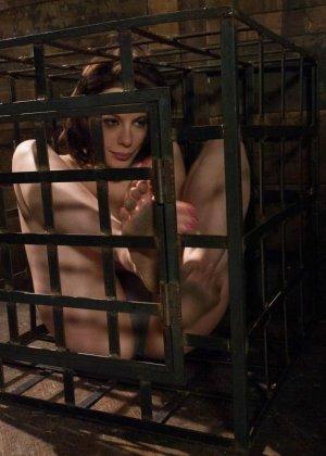 Сексуальную молодую телку зрелый парень жестко выеб в пизду - фото 13