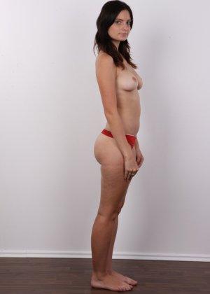 Чешская девушка с упругими сиськами на порно кастинге позирует голенькой - фото 5