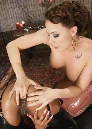 Анальный фистинг – развлечение не для каждой телки, но мулатка Карамель Старр с удовольствием трахается в жопу - фото 4