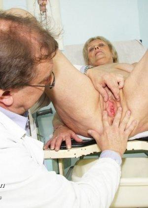 Женщина подставляет свою пизду для осмотра гинекологом и рада, когда ей вставляют вибраторы - фото 10
