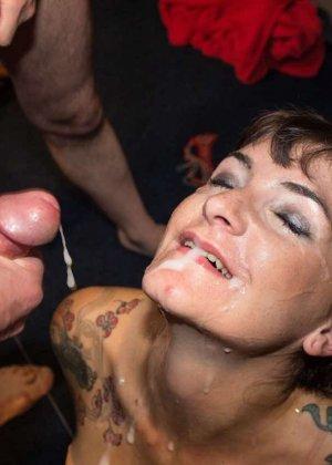 Женщина принимает в ротик несколько членов и с удовольствием оказывается в сперме - фото 12