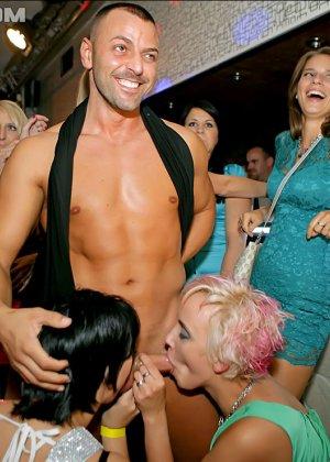 Стриптизер в клубе дает пососать свой стояк голодным девушкам - фото 9