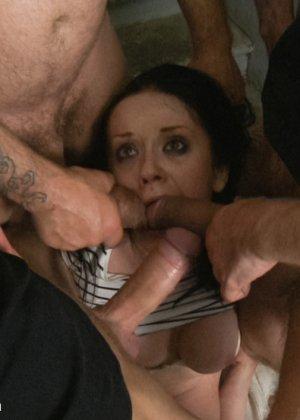 Брюнетка отошла пописать в кусты, но была схвачена тремя парнями, они устроили ей жесткое порево - фото 13