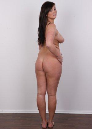 Жопастая красотка с большими сиськами показала соблазнительное тело - фото 14