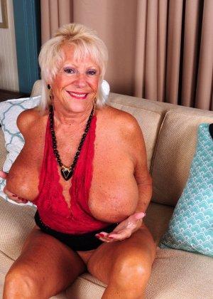 Зрелая американская леди показывает свою большую грудь и светит своими стопами с маникюром - фото 13