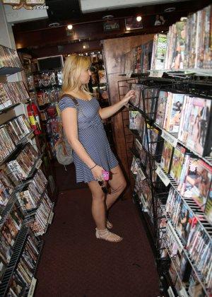 Блондинка после библиотеки занимается сексом с соседом через дырку в стене - фото 2