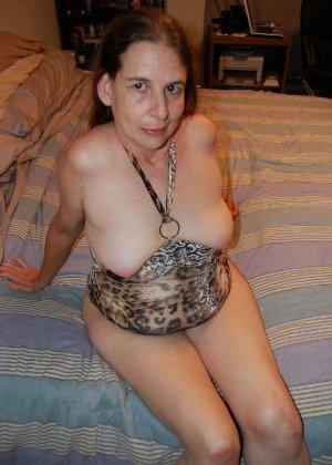 Зрелая телка с висящими сиськами стоит раком на кровати - фото 41- фото 41- фото 41