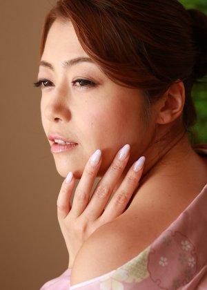 Опытная азиатка с мохнатой киской берет в рот не большой член дружка - фото 12