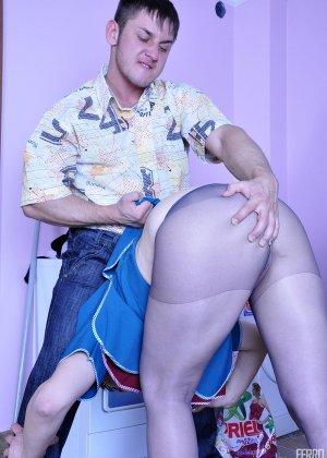 Мужик приходит с работы и решает трахнуть зрелую тетку, которая убирается в его квартире - фото 6