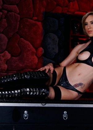 Майя Дэвис обличается в сексуальный наряд и показывает свое красивое тело всем мужчинам - фото 13