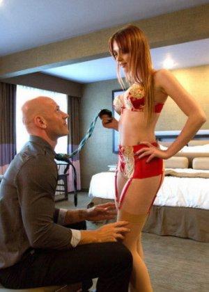 Рыжеволосая Мэри МакКрей раздвигает ножки и садится на член похотливого мужчины - фото 5